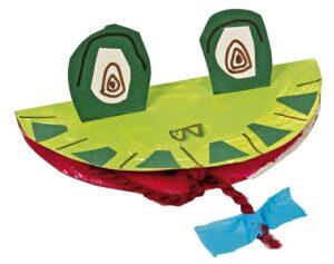 Einzelner aus Papptellern gebastelte grün angemalter Frosch