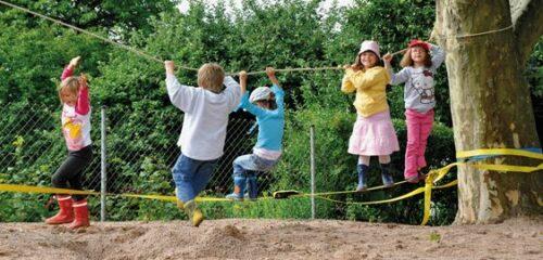 Kinder auf einer Slackline